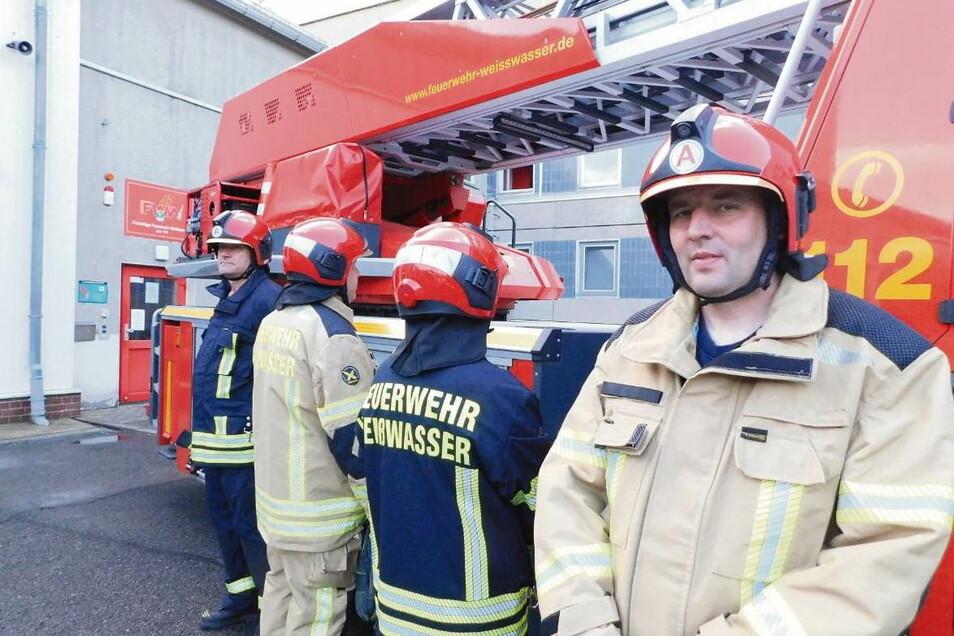 Thorsten Krautzig (rechts) und Frank Wolsch (links) sowie weitere Kameraden präsentierten die neu angeschaffte Bekleidung für die Freiwillige Feuerwehr Weißwasser.