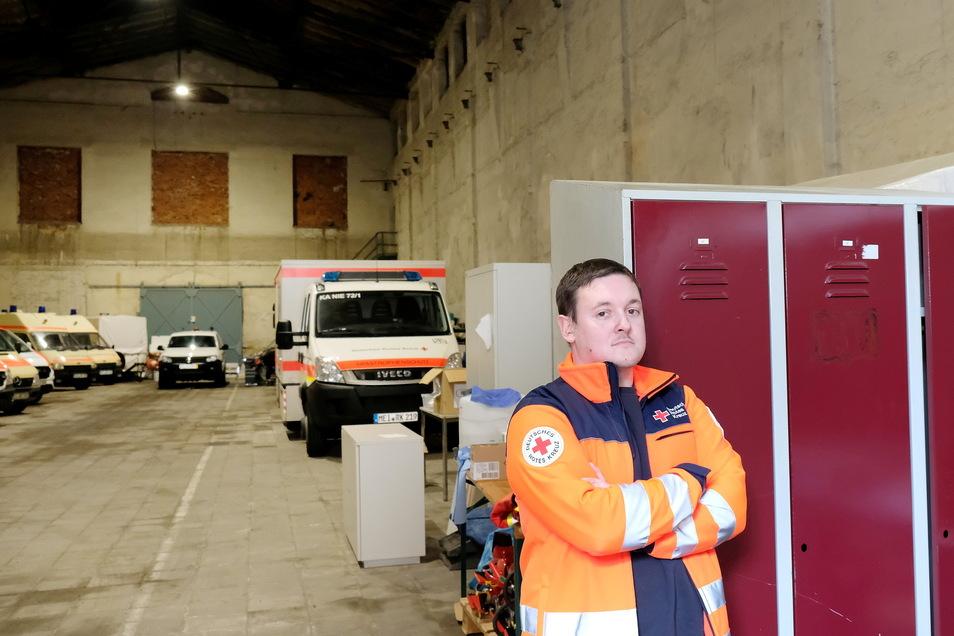 DRK-Kreisgeschäftsführer Christoph Ruppert in der Unterkunft der Meißner Rettungskräfte, die keine leichten Arbeitsbedingungen bietet.