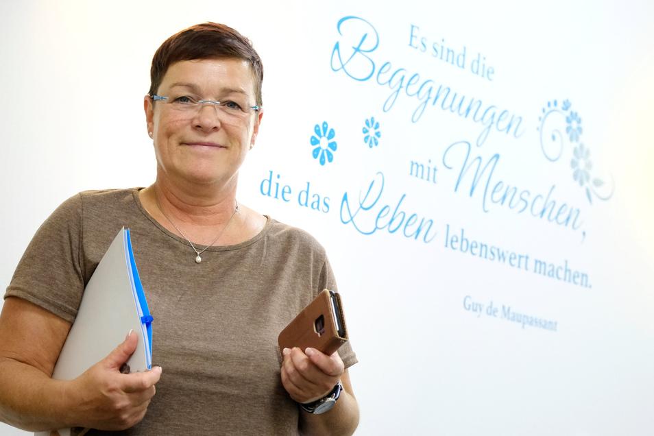 Kerstin Klug aus Lommatzsch leitet seit 20 Jahren einen Pflegedienst. An die Wand ihres Büros hat sie ihr Lieblingszitat von Guy de Maupassant schreiben lassen.