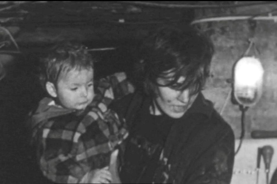 Die Szene aus dem NBC-Dokumentarfilm zeigt Anita Moeller mit ihrer Tochter.