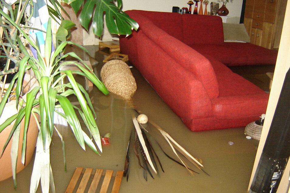 Eine Woche alt war das rote Sofa, bevor es die Flut vernichtete.