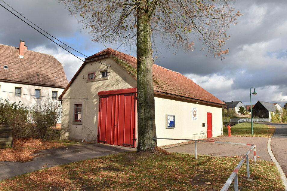 Eines der beiden Feuerwehrhäuschen in Colmnitz, die jetzt durch einen Neubau ersetzt werden sollen.