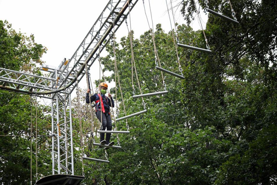 Nichts für Menschen mit Höhenangst. Am Hochseilgarten können die ganz Mutigen einen Blick von oben auf das Familienfest riskieren.