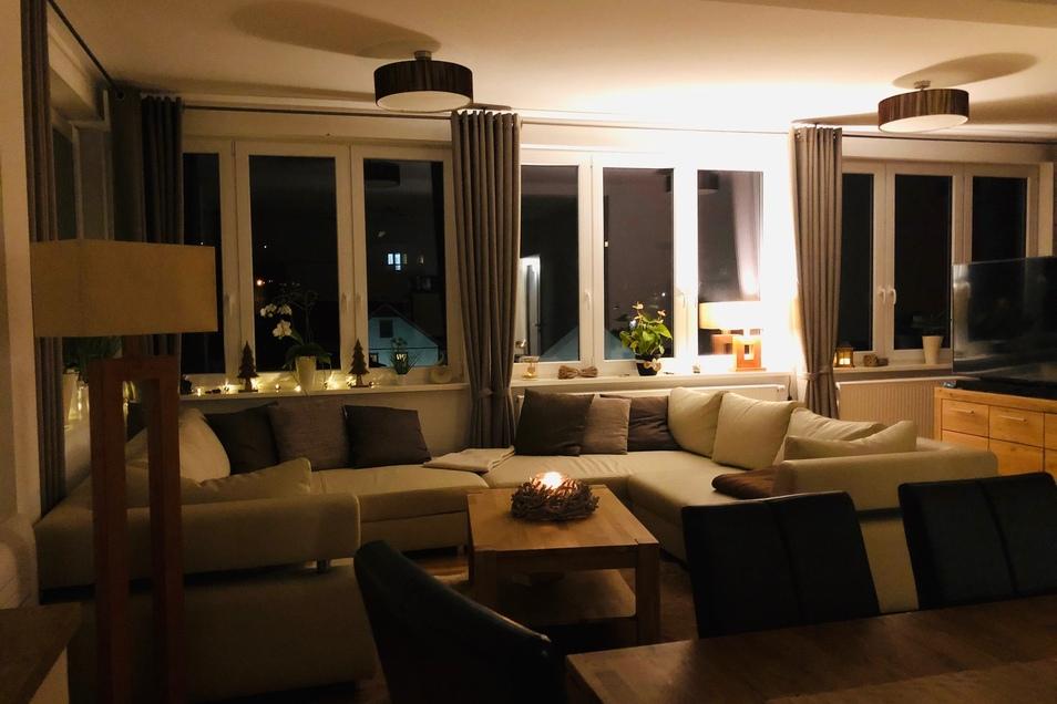 Die stilvolle Beleuchtung verwandelt die Sitzecke abends in einen gemütlichen  und ruhigen Rückzugsort.