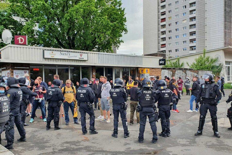 Vor Susis Sportbar sind rund zwei Dutzend Fans von der Polizei eingekesselt.