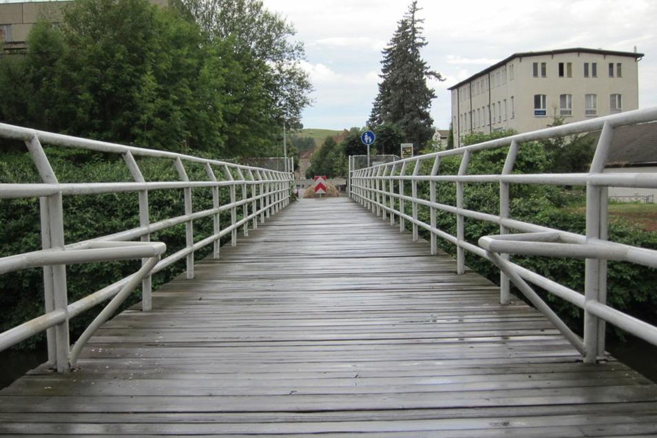 Am Grenzübergang in Ostritz liegt jetzt nicht nur ein Findling (Hintergrund), sondern auf polnischer Seite gibt es auch wieder eine Brückeneinengung.
