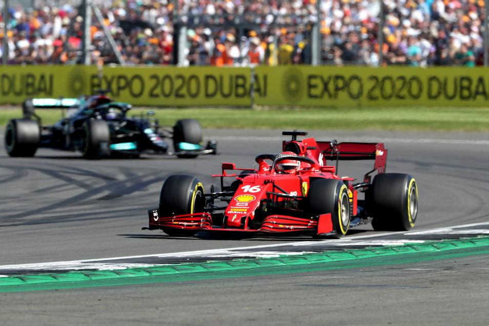 Charles Leclerc aus Monaco vom Team Ferrari führte zeitweise vor Lewis Hamilton. Am Ende erreichte aber der Brite als Erster das Ziel.