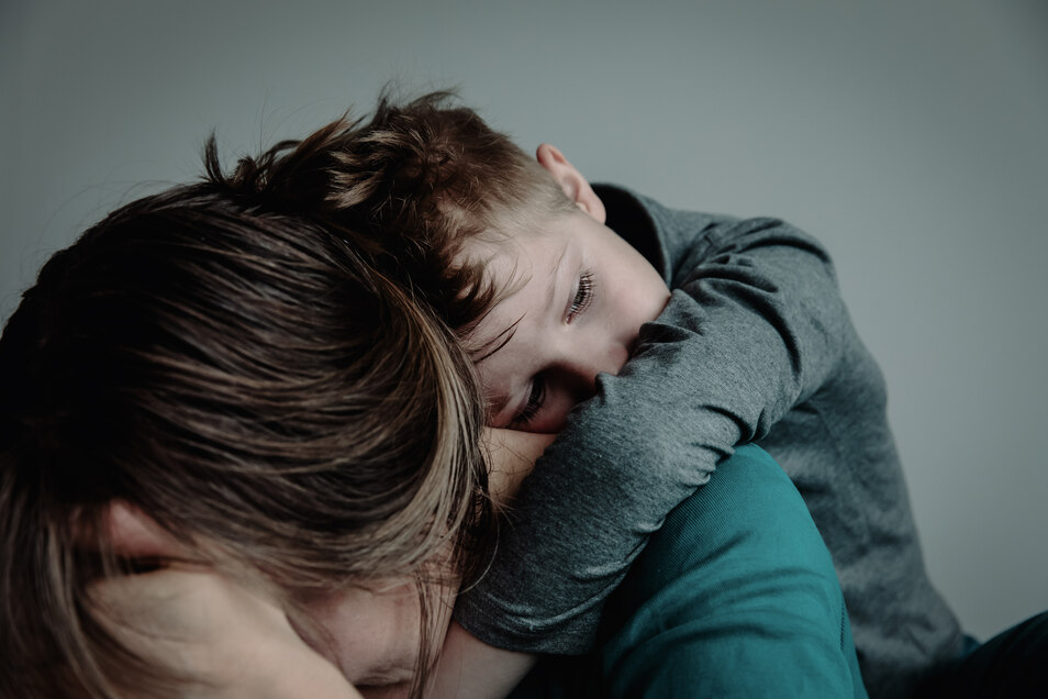 Hat ein Elternteil eine Panikattacke, sollte sich der andere verstärkt und zuversichtlich um den Nachwuchs kümmern.