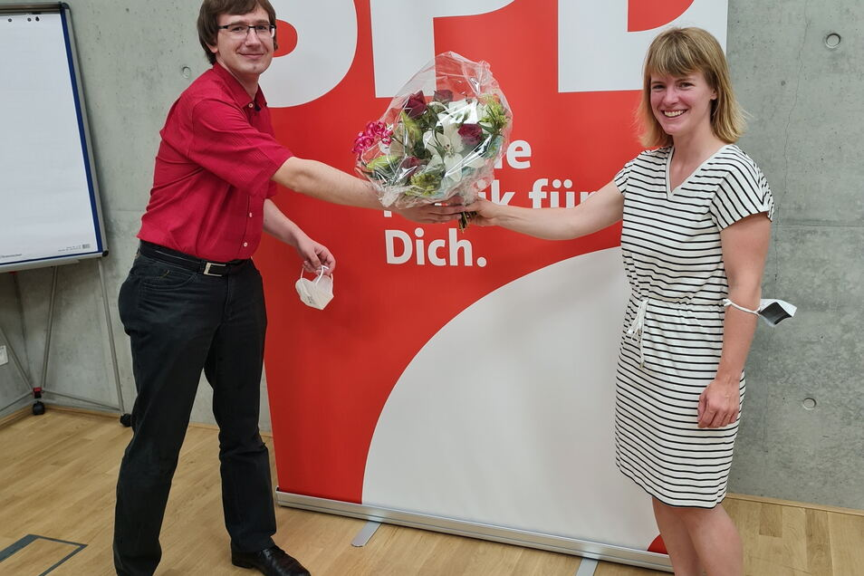 Gratulation mit Blumen und Abstand: Der Vorsitzende des SPD-Kreisverbandes Meißen Christian Bartusch freut sich über die Nominierung von Stephanie Dzeyk als hiesige Bundestagskandidatin.