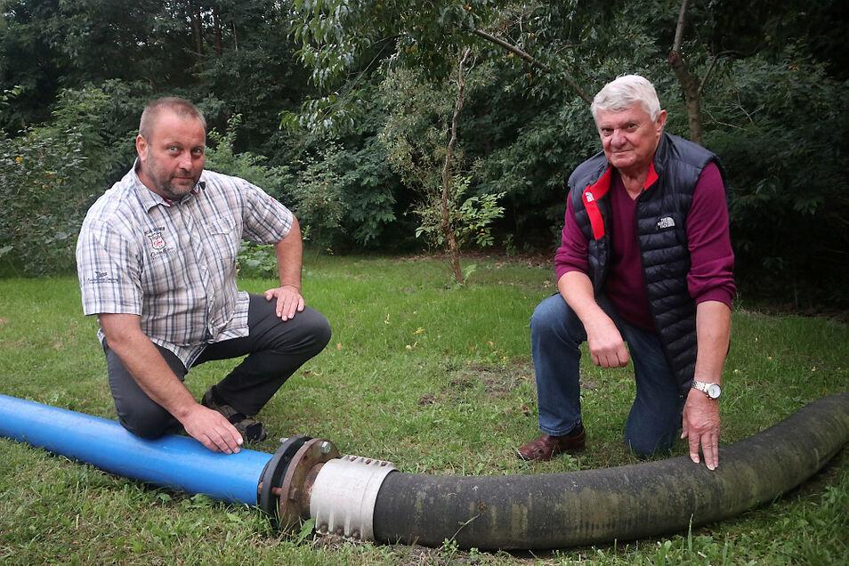 Der Lohsaer Siedlerverein ist mit 114 Mitgliedern der größte Verein in Lohsa. Wichtigste Aufgabe ist der Erhalt der Brauchwasserleitung. Dafür setzen sich Vorsitzender Jürgen Bomsdorf (rechts) und sein Stellvertreter Dirk Schulz (links) ein.