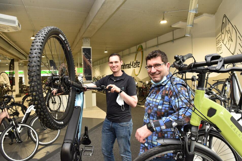 """Andreas Krause (rechts) und Achim Werner vom Geschäft """"Fahrradkette"""" wissen: """"Unsere Branche ist beratungsintensiv."""""""