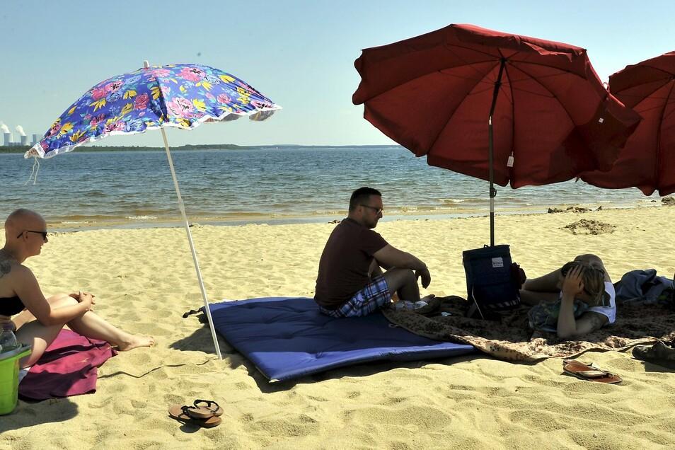 Familie Wendler aus Neustadt/Sachsen hat es sich am Bärwalder See gemütlich gemacht. Sie bevorzugt den Uhyster Strand. Direkt am Wasser, unter den Sonnenschirmen und mit einem Kiosk in der Nähe lässt es sich auch bei 30 Grad im Schatten gut aushalten.