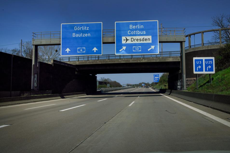 Leere Straßen in der Corona-Krise: Die Autobahn 4 an der Abfahrt Dresden-Flughafen