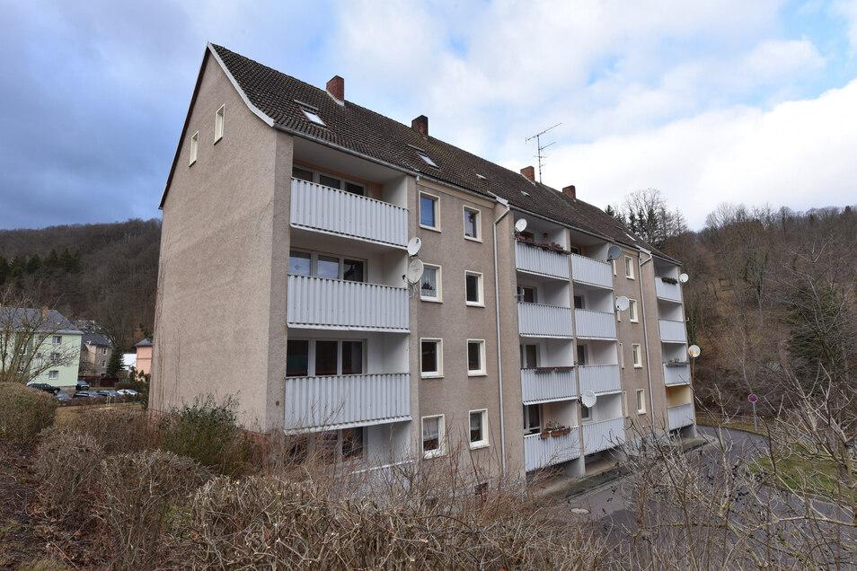 Diese Wohnungen in der Prießnitztalstraße in Glashütte haben zwar Wohnungen, sind aber sonst auf dem Stand der späten DDR-Jahre einschließlich einer Ofenheizung. Sie werden jetzt leergezogen, um den Stand verbessern zu können..