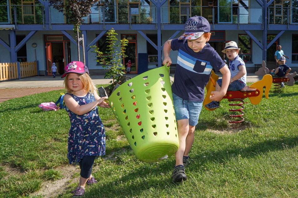 Mia, Lukas und Arne (v.l.) spielen gern im Garten der Neukircher Kita Querx Valentin. Wie es mit der Kinderbetreuung in der Gemeinde weitergeht, wird derzeit diskutiert.