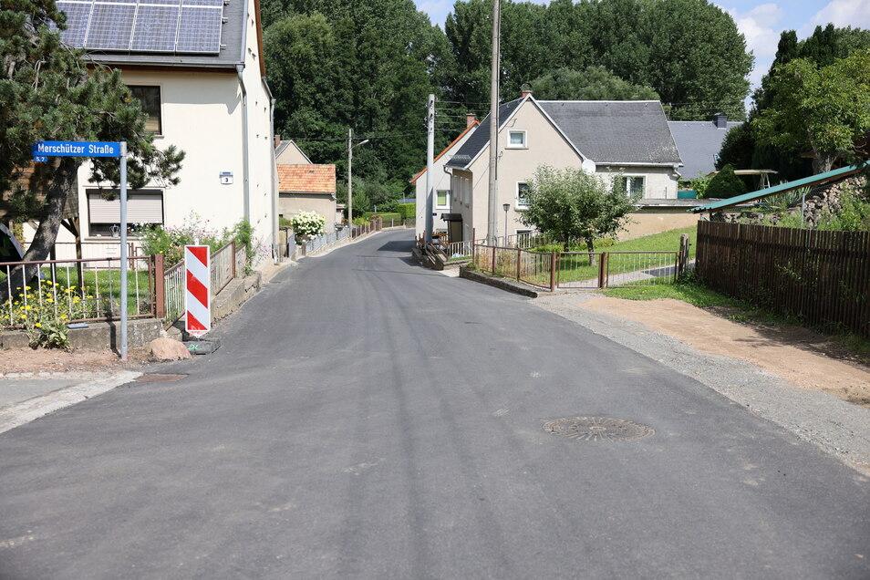 Die Kanalarbeiten auf der Merschützer Straße sind abgeschlossen. Diese hat auch eine neue Decke bekommen.
