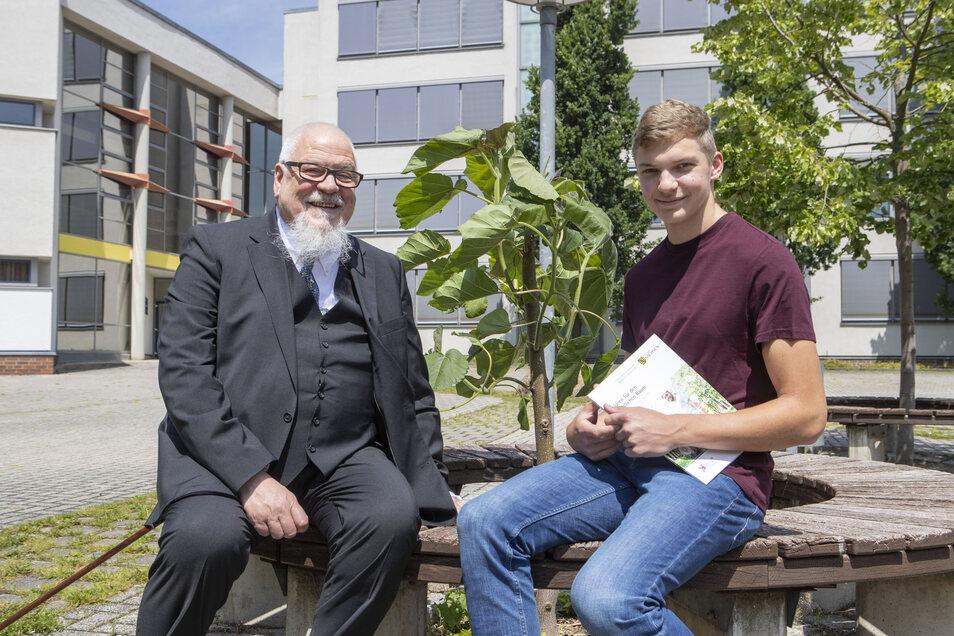 Zehntklässler Robert Arnold (rechts) will in den Sommerferien ein Praktikum am Kurt-Schwabe-Institut absolvieren. Institutsleiter Prof. Dr. Michael Mertig gibt ihm schon mal die ersten Informationen.