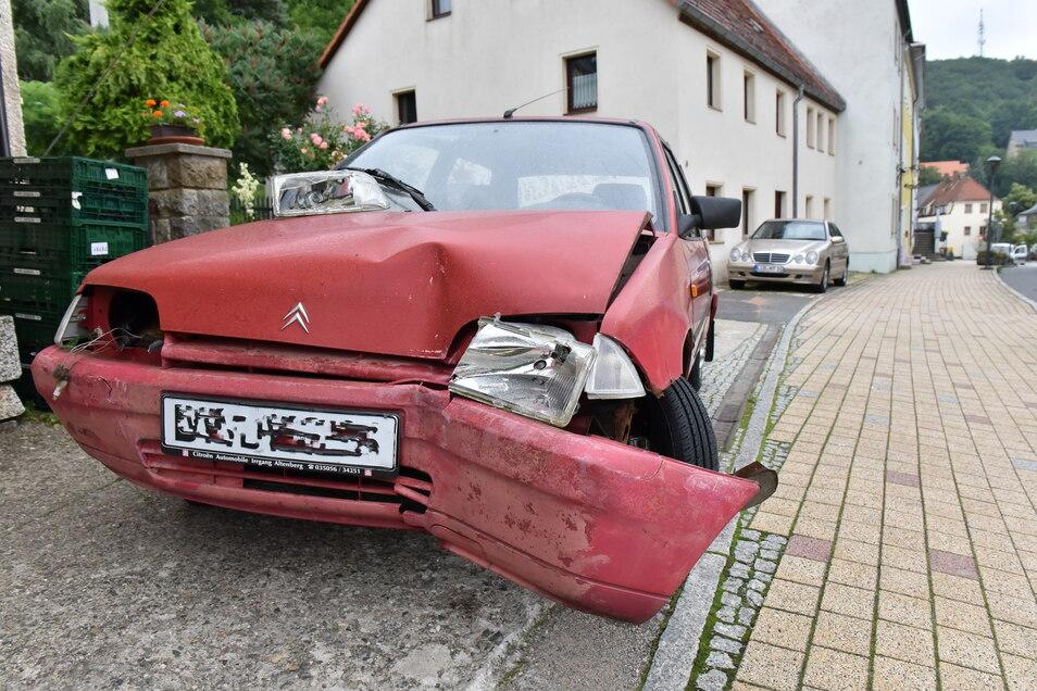 An der Glashütter Schillerstraße endete die Alkoholtour des Fahrers dieses Citroen.