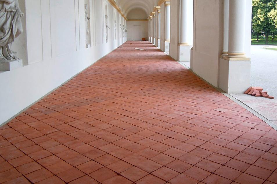 Schloss Schleißheim nahe München bekam  ziegelrote Handformplatten. Sie stehen auch dem Hausflur   und der Terrasse.