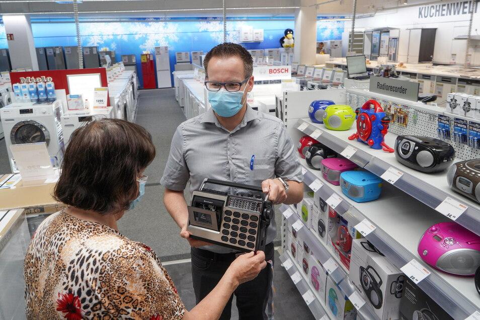 Das Elektrofachgeschäft Medimax befindet sich im Untergeschoss des Kornmarkt-Centers. Roberto Munack hat hier am Montagvormittag eine Kundin beim Radiokauf beraten.