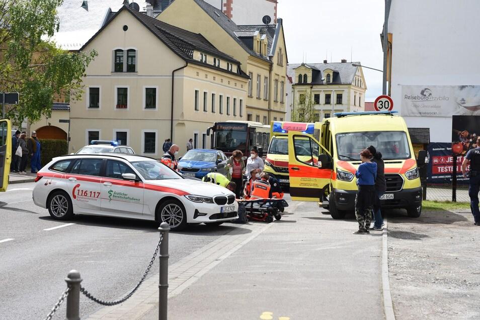 Mehrere Rettungskräfte eilten am Freitagvormittag in die Kleine Kirchgasse in Döbeln. Vor Ort sind ein Auto und ein Quad zusammengestoßen.