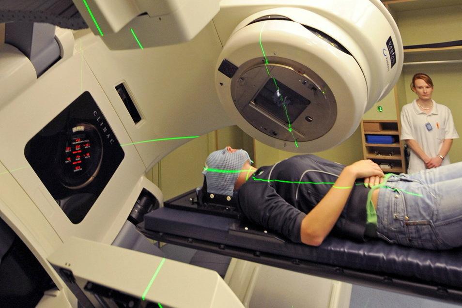 Eine Krebspatientin liegt in der Strahlentherapie im Krankenhaus Dresden.