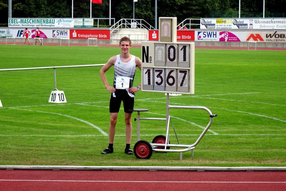 Klar dokumentiert: 13,67 m im Kugelstoßen bedeuteten für Hoyerswerdas Luca Sommer Bronze bei den Mitteldeutschen Meisterschaften. Doch der eigentliche Coup folgte noch mit dem Diskus.