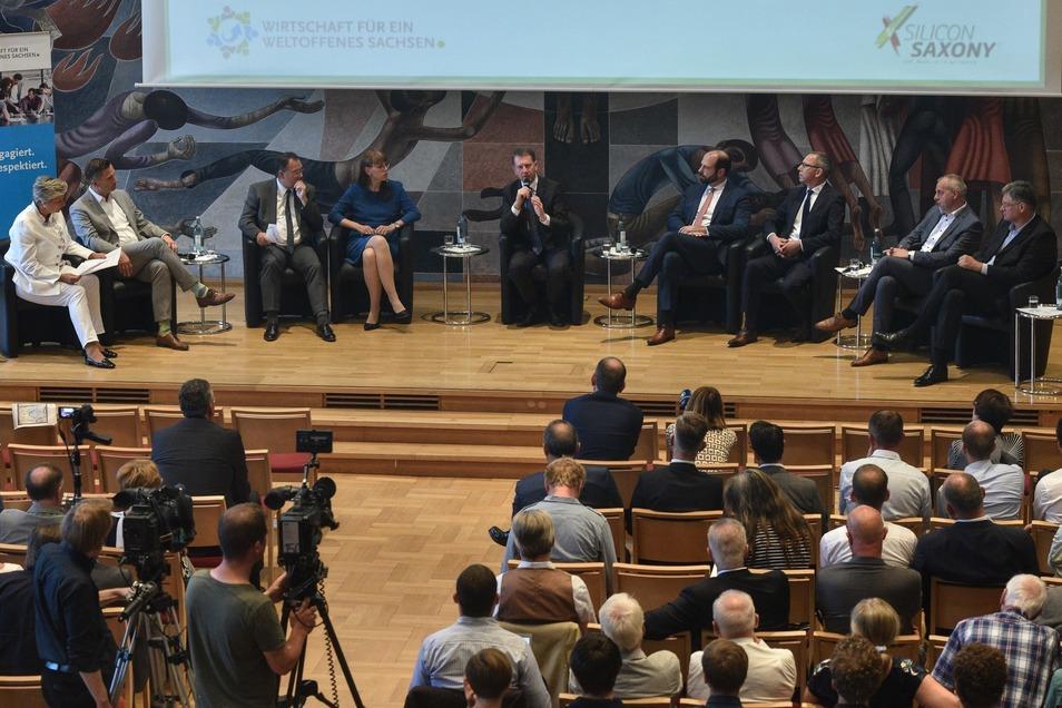 Zwei Wirtschaftsvereine haben die erste Podiumsdiskussion mit Sachsens Spitzenkandidaten organisiert. Von links: Moderatorin Alexandra Gerlach, Martin Dulig (SPD), Heinz Martin Esser (Verein Silicon Saxony), Katja Meier (Grüne), Michael Kretschmer (CDU),