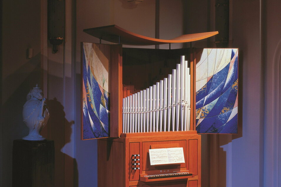 Die im Bild gezeigte stimmbare Porzellanorgel gehört zum Alterswerk von Ludwig Zepner. Der gläubige Katholik war ein großer Musikfreund und spielte gelegentlich auf einer Porzellangeige.