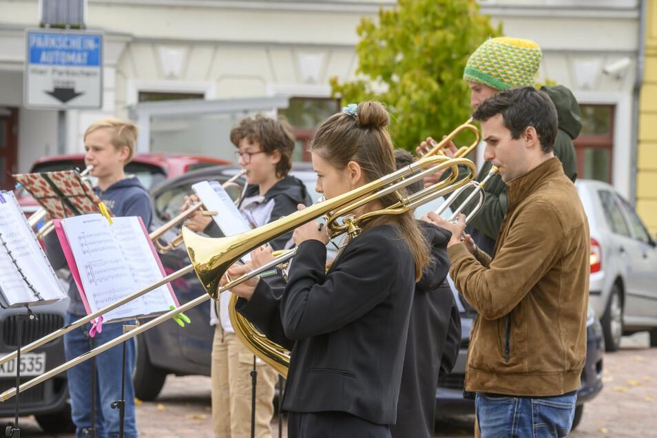 Bläser aus der Musikschule des Landkreises Meißen spielten am Sonnabend auf dem Großenhainer Hauptmarkt. Am ersten Advent hat die Musikschule wieder ein Adventskonzert in der Marienkirche.