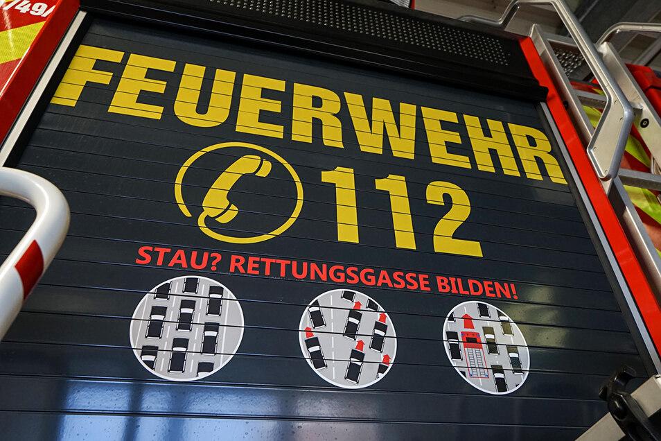 So wird sie richtig gebildet: Die Bautzener Feuerwehr weist mit einem Aufkleber an den Einsatzfahrzeugen auf das richtige Verhalten beim Anlegen einer Rettungsgasse hin.