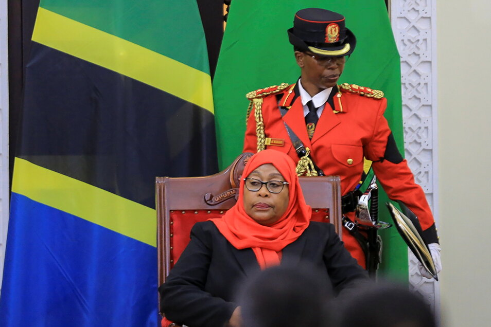 Samia Suluhu Hassan (M) ist zur neuen Präsidentin von Tansania vereidigt worden.