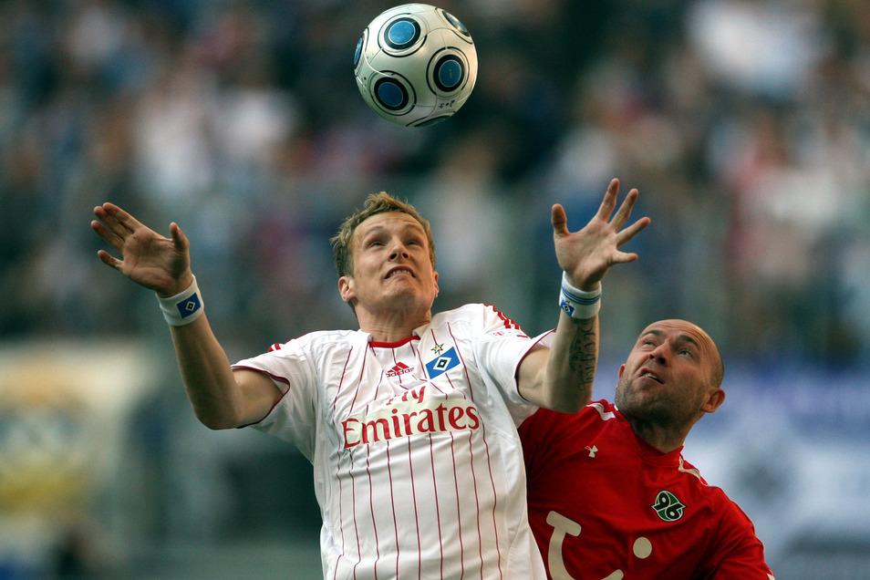 Der ehemalige Bundesliga-Profi Jiri Stajner (rechts), auf diesem Bild im Duell mit Marcell Jansen, war das schillerndste Beispiel für einen Fußballer, der seine Karriere in der Oberlausitz ausklingen lassen wollte.