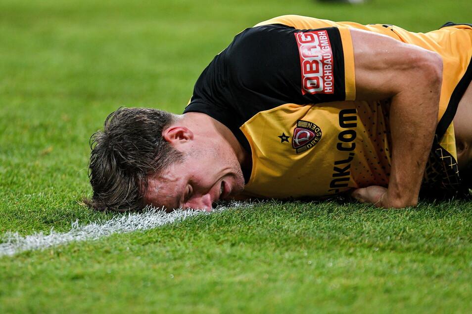 Nichts geht mehr. Tim Knipping liegt bei Dynamos Pokal-Aus gegen Darmstadt mit schmerzverzerrtem Gesicht am Boden. Inzwischen gibt es Entwarnung von den Ärzten.