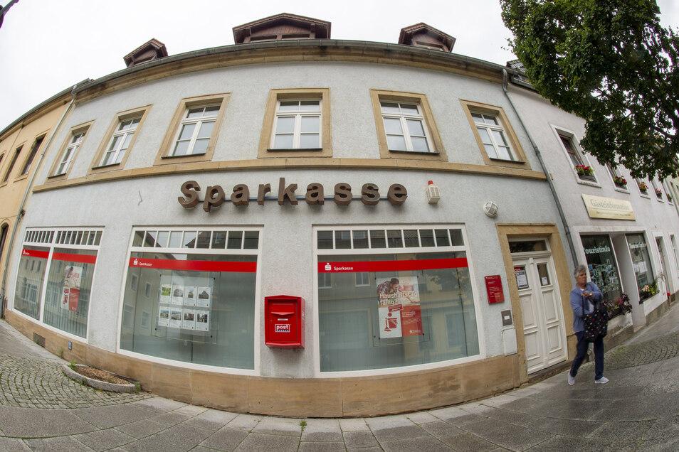 Wo in Gottleuba draußen Sparkasse dran steht, ist derzeit nur der Geldautomat im Inneren geöffnet.