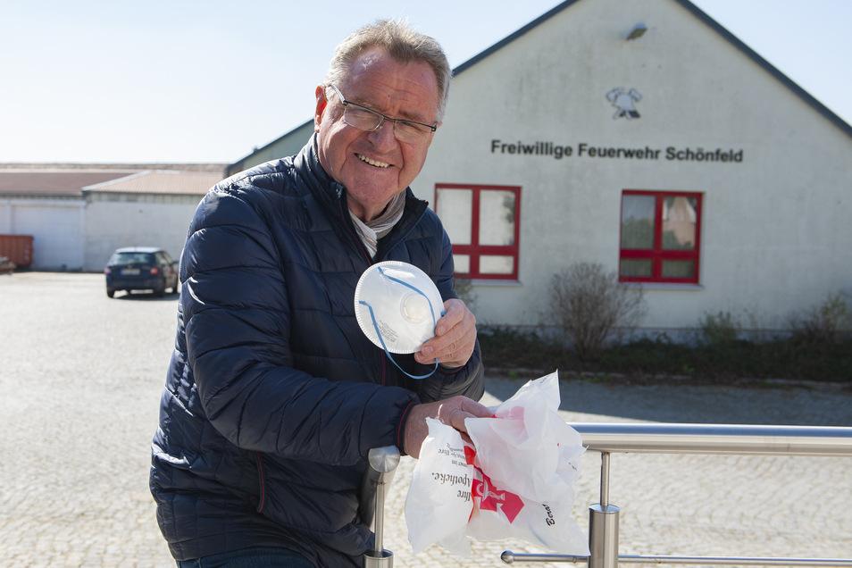 Bürgermeister Hans Joachim Weigel kaufte Atemschutzmasken für die Feuerwehr.