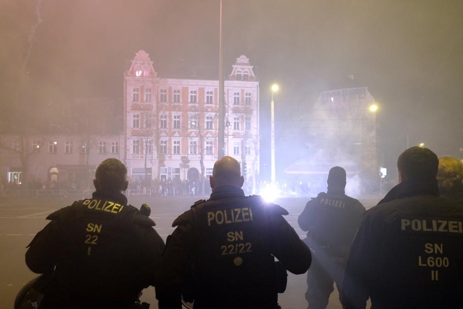 Polizisten stehen an einer Kreuzung im Leipziger Stadtteil Connewitz.