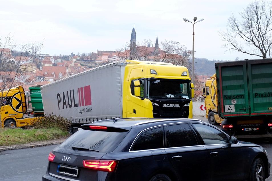 """Dieses Archivbild entstand im Dezember 2018: Ein Lkw war in der Plossenkurve """"hängengeblieben"""", was lange Staus in der Stadt verursachte."""