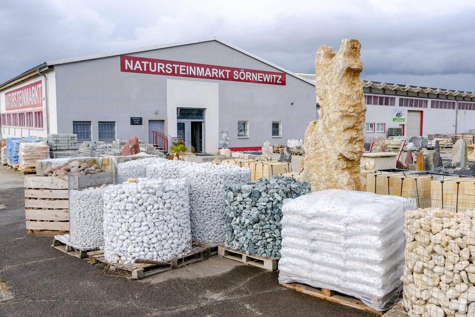 Der Natursteinmarkt im Coswiger Ortsteil Sörnewitz bietet eine große Palette an Steinen an. Acht Mitarbeiter bearbeiten diese nach Kundenwünschen.