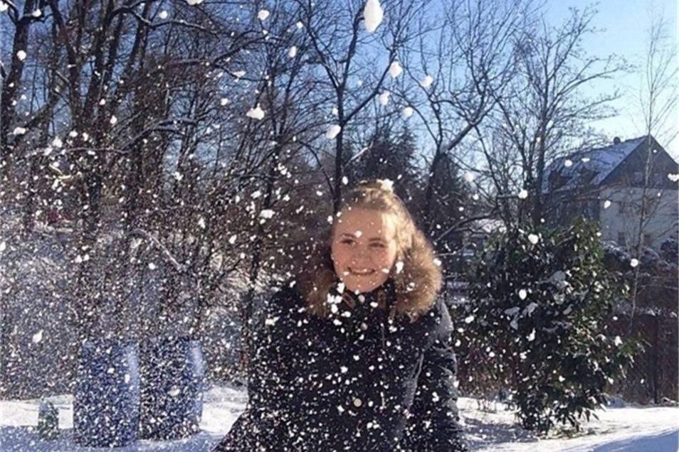 Endlich Schnee! Conny Ney fotografierte ihre Tochter Lea im Flockenwirbel im Lohmener Garten der Familie.