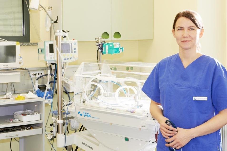 Schwestern und Ärzte stehen im medizinischen Notfall mit Hightech bereit.