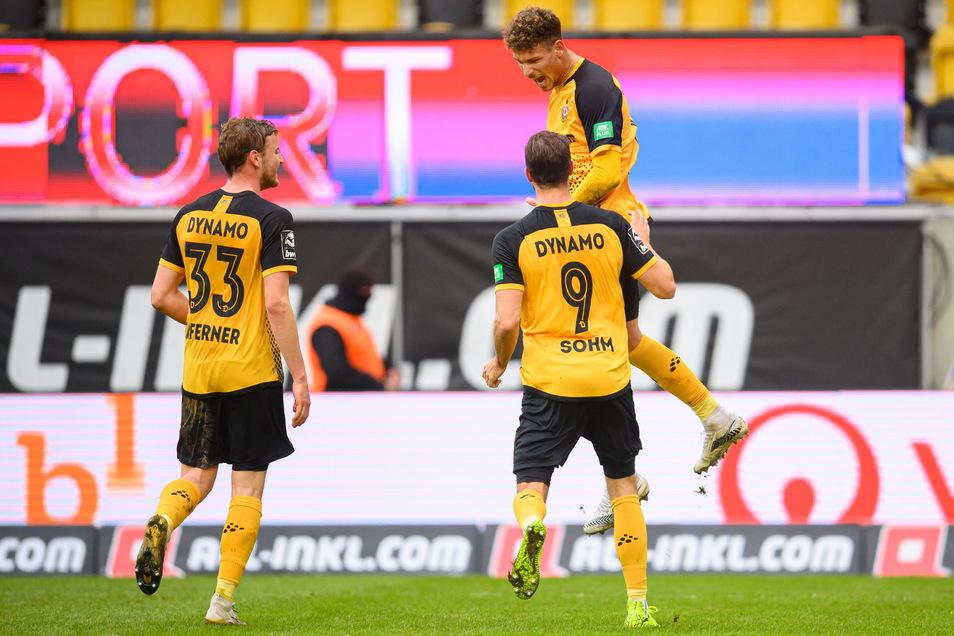 Heinz Mörschel verwandelt den Elfmeter zum 1:0 und jubelt nach seinem Treffer mit Christoph Daferner und Pascal Sohm.