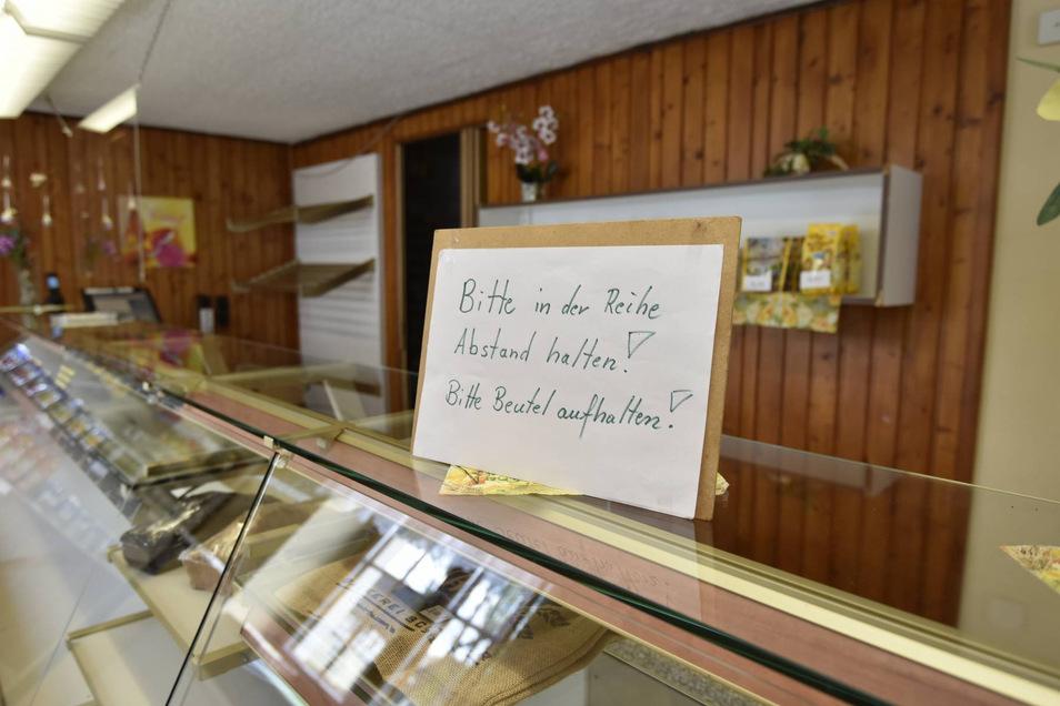 In der Bäckerei Schmieder in Hartmannsdorf halten sich bisher alle an die neuen Abstands-Regeln und Hygiene-Vorschriften.