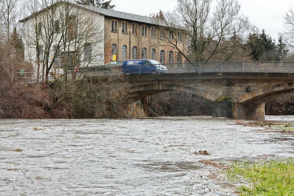 Die Mandau führt wie hier an der Brücke in Mittelherwigsdorf viel Wasser mit sich. Grund sind Tauwetter und Regen.