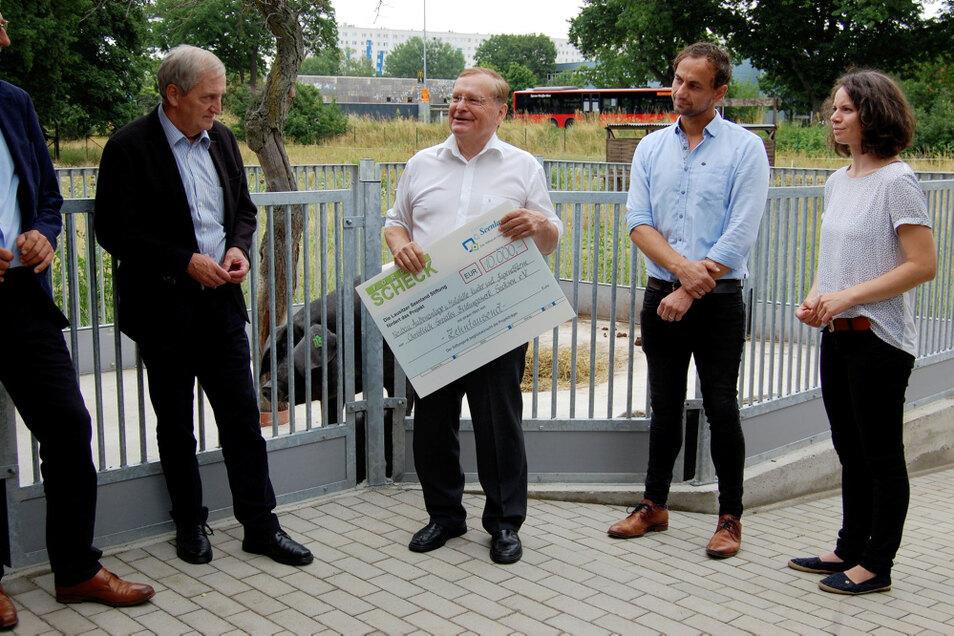 Stiftungsrat Thomas Delling (2.v.l.) übergab kürzlich den Spendenscheck an den CSB-Geschäftsführer Peter Neunert (l.).