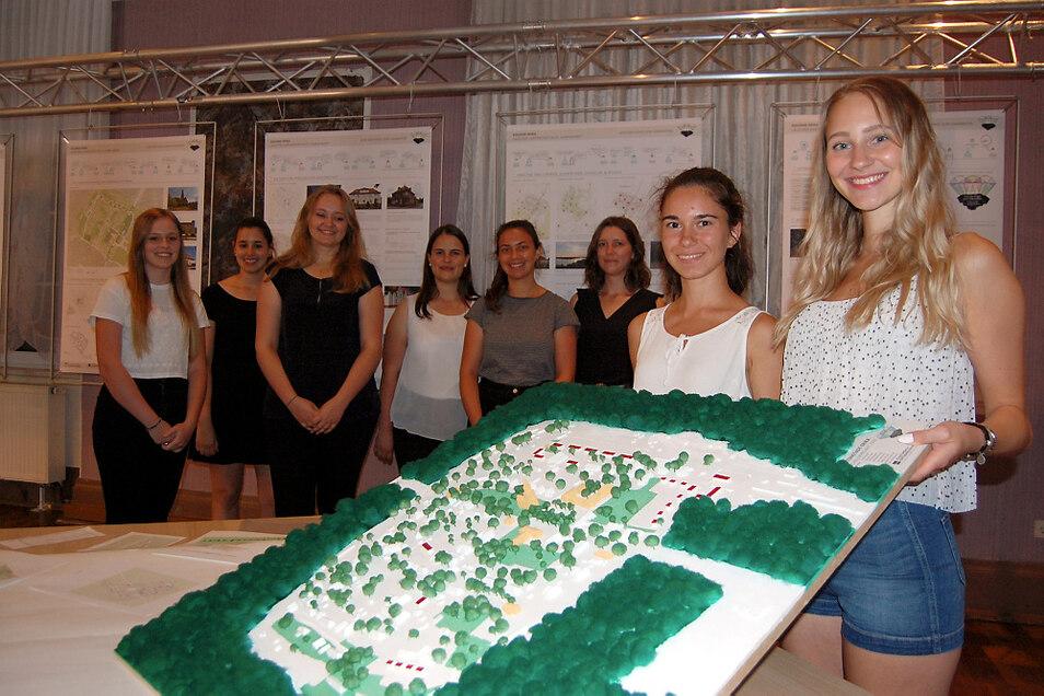 Die acht Stadt- und Raumplanungsstudentinnen aus Kaiserslautern haben neben Konzept und Präsentation auch ein Modell der Gartenstadt angefertigt.