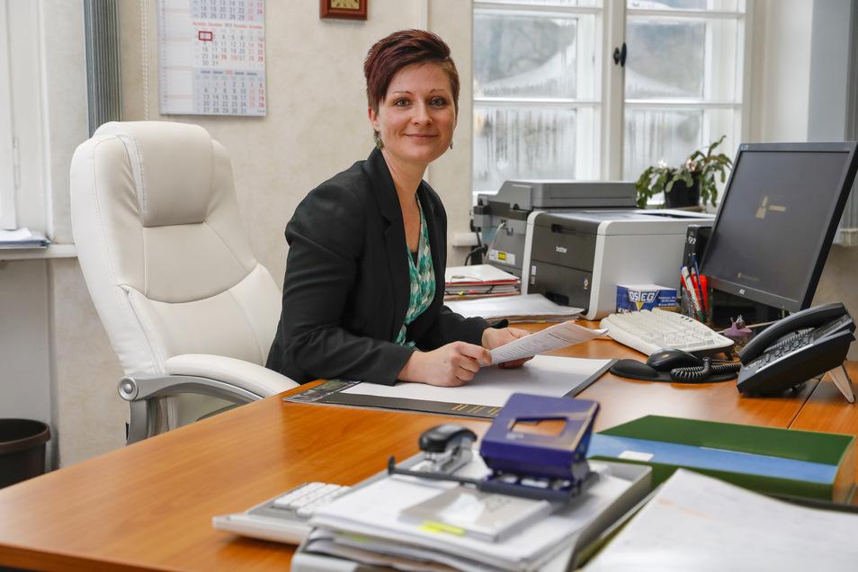 Kati Wenzel ist Jonsdorfs neue Bürgermeisterin. Am Montag hat sich die 37-Jährige zum ersten Mal an den Schreibtisch ihres Vorgängers gesetzt.