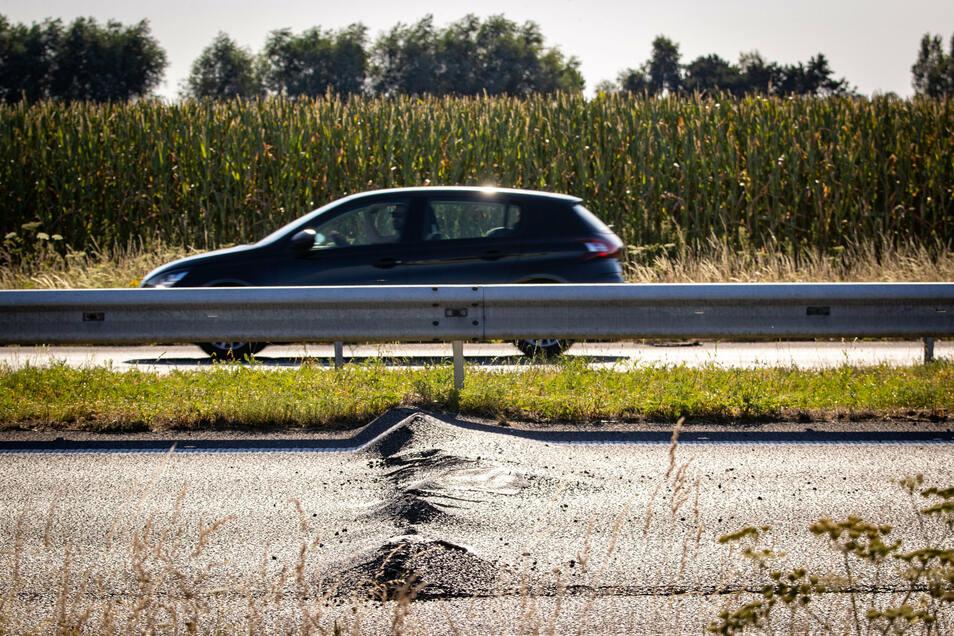 Der Asphalt einer Autobahn wirft sich wegen anhaltender Hitze auf.