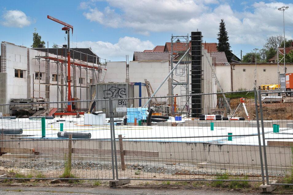 Hier entsteht an der Hauptstraße in Neugersdorf das neue Depot für die Ortsfeuerwehr.