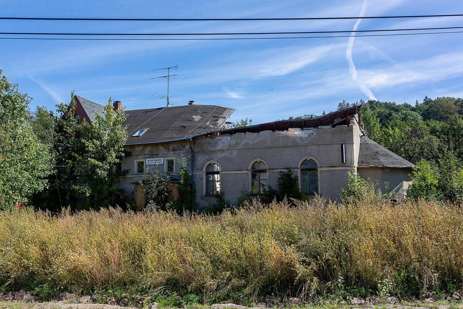 Auf diesem Gelände des ehemaligen Gasthofs in Reichstädt ist auch ein Neubau möglich, aber direkt daneben wird's schwierig.